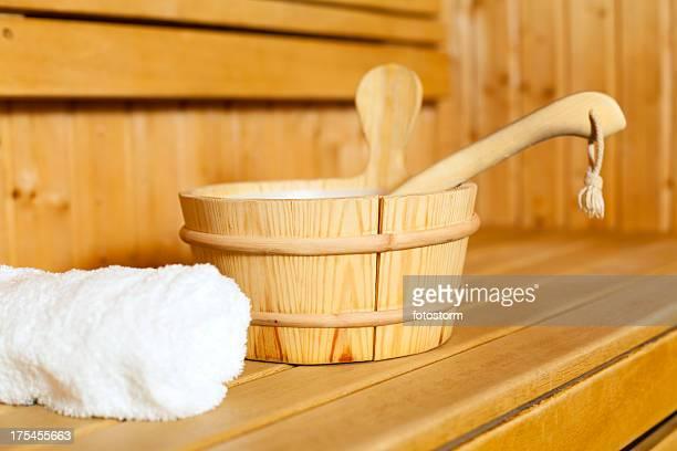 nahaufnahme von handtuch, eimer und kelle in der sauna. - sauna stock-fotos und bilder