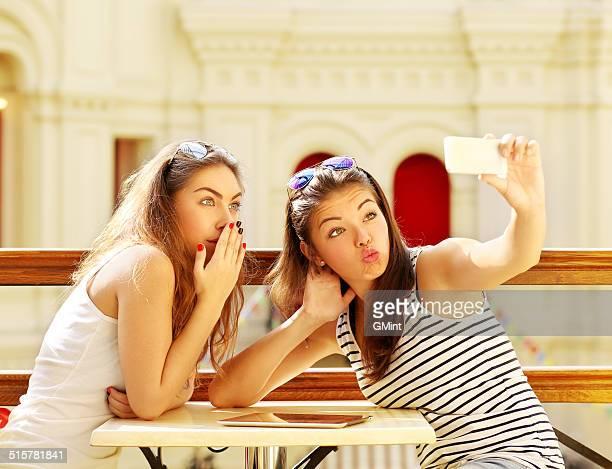 nahaufnahme von zwei fröhlich freunde haben spaß - sexy teen stock-fotos und bilder