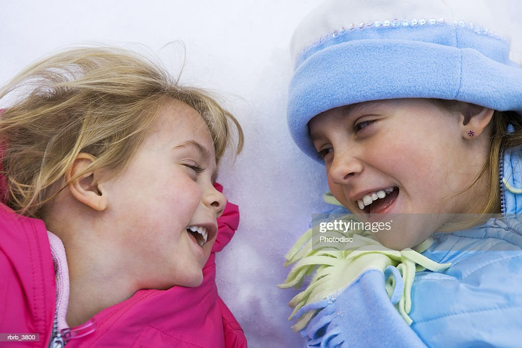 Close-up of two girls (4-5) smiling : Foto de stock