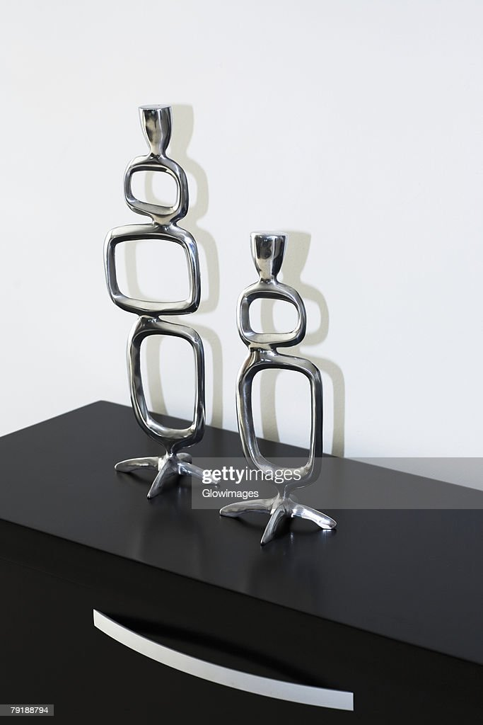 Close-up of two sculptures on a dresser : Foto de stock