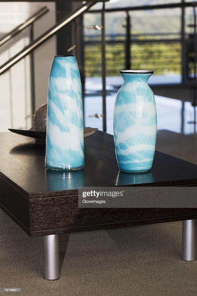 Close-up of two vases on a table : Foto de stock