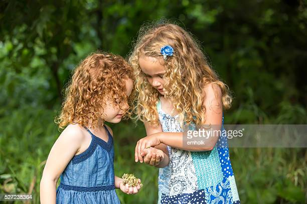 Gros plan de deux jeunes filles avec papillon monarque Caterpillar