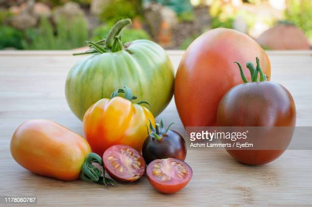 close-up of various tomatoes on table - achim lammerts - fotografias e filmes do acervo