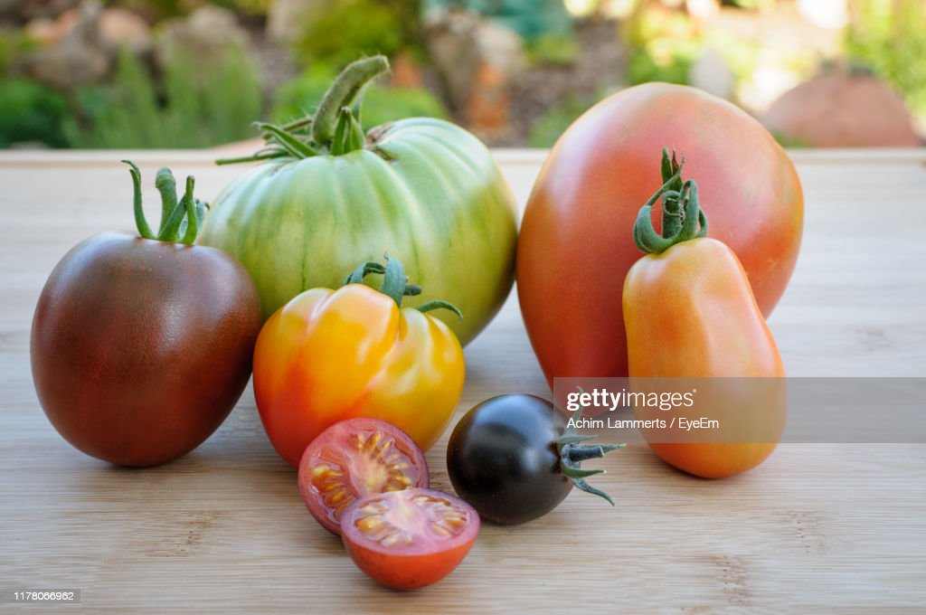 Close-Up Of Various Tomatoes On Table : Stock-Foto
