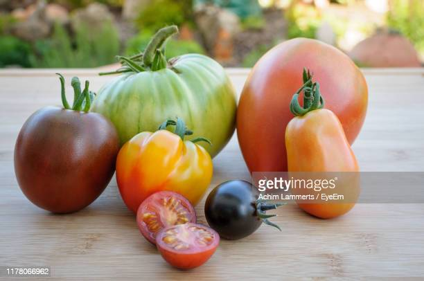 close-up of various tomatoes on table - achim lammerts fotografías e imágenes de stock