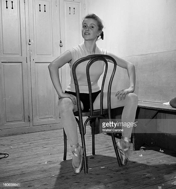 Close-up Of Violette Verdy. Dans le vestiaire du Studio WACKER, portrait de Violette VERDY assise à califourchon sur une chaise, faisant des pointes.