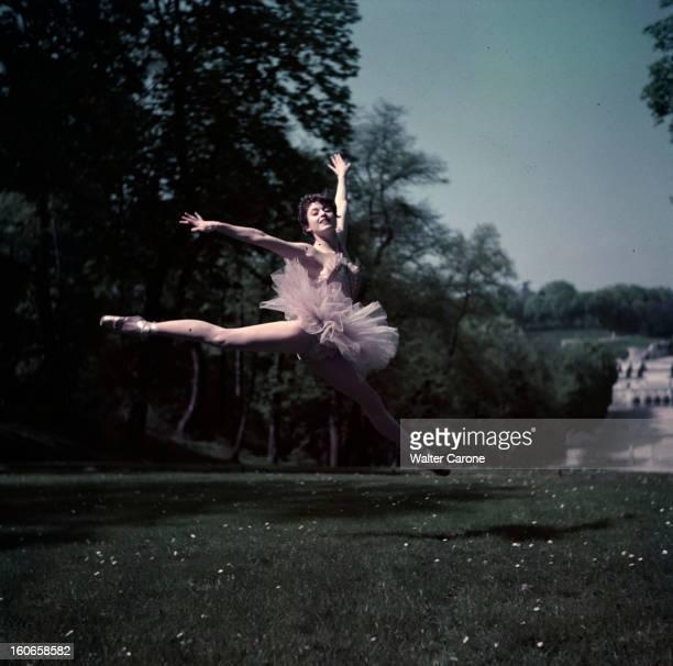 Close-up Of Violette Verdy. Dans un parc, lors d'une séance de portraits, la danseuse Violette VERDY en tutu, exécutant un saut.