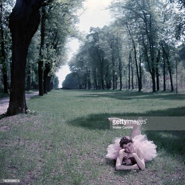 Close-up Of Violette Verdy. Dans un parc, lors d'une séance de portraits, la danseuse Violette VERDY souriante, en tutu, allongée dans l'herbe.
