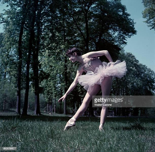 Close-up Of Violette Verdy. Dans un parc, lors d'une séance de portraits, la danseuse Violette VERDY en tutu, penchée dans l'herbe.