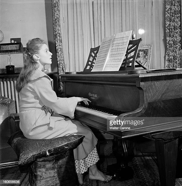 Close-up Of Violette Verdy. Portrait de la danseuse Violette VERDY jouant du piano.