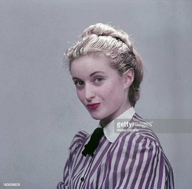 Close-up Of Violette Verdy. Portrait en studio de la danseuse Violette VERDY, blonde coiffée d'un chignon, portant un chemisier à rayure.