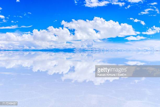 close-up of water against sky - ウユニ塩湖 ストックフォトと画像