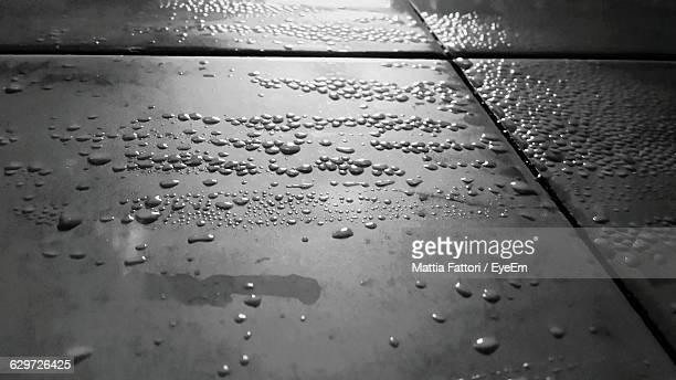 close-up of water drops on tile floor - molhado - fotografias e filmes do acervo