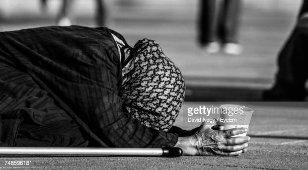 close-up of woman begging on street - begging social issue imagens e fotografias de stock