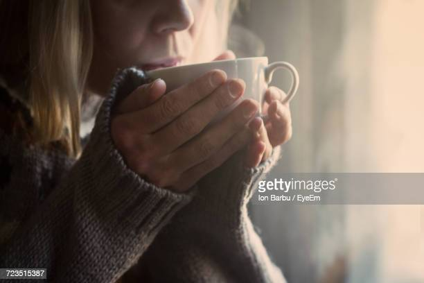 close-up of woman drinking tea - thee warme drank stockfoto's en -beelden