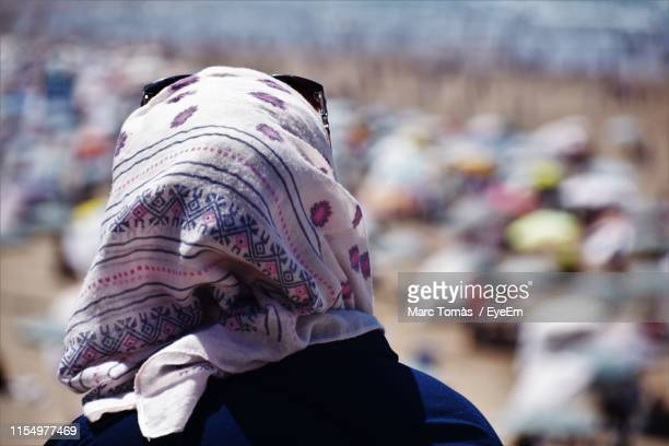 close-up of woman in headscarf - femme marocaine photos et images de collection