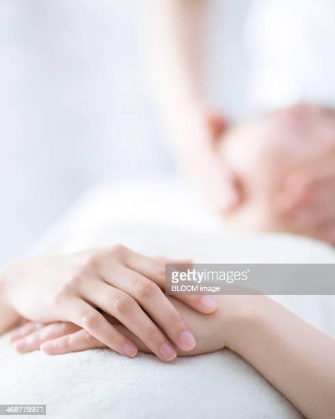 close-up of woman in spa - massaggio sensuale foto e immagini stock