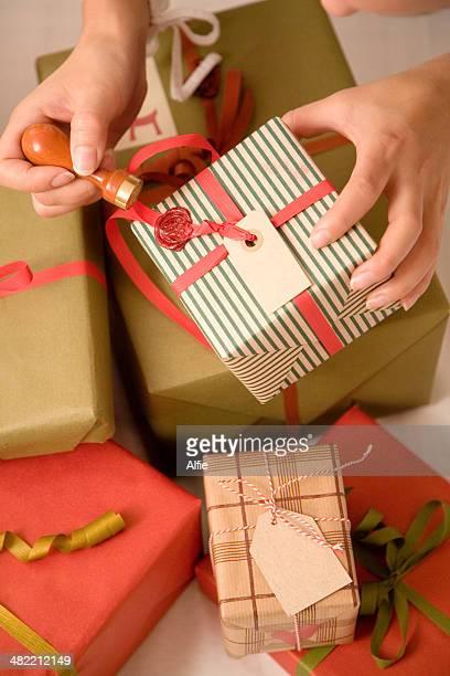 クローズアップ女性のパッティングワックスシールクリスマスのご提示が必要です。