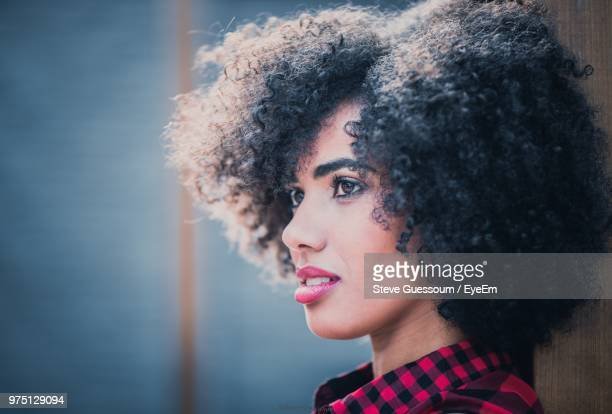 close-up of woman with curly hair outdoors - steve guessoum stockfoto's en -beelden