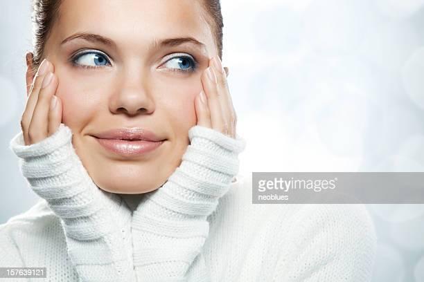 Close-up bellissimo volto di giovane donna con bianco maglia