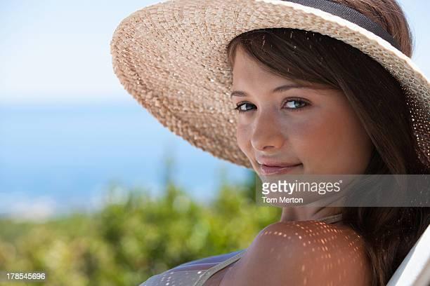 Gros plan de femme avec Chapeau de paille