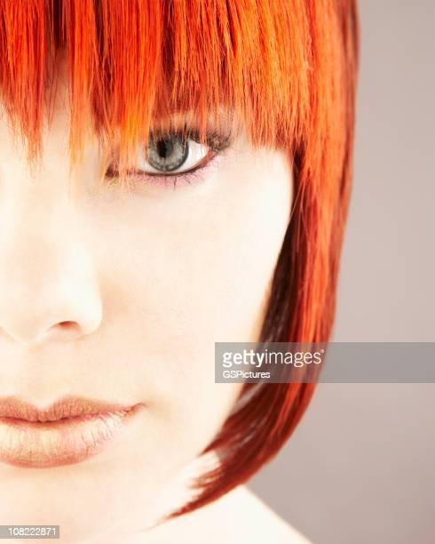 Primer plano de cara de mujer con pelo rojo