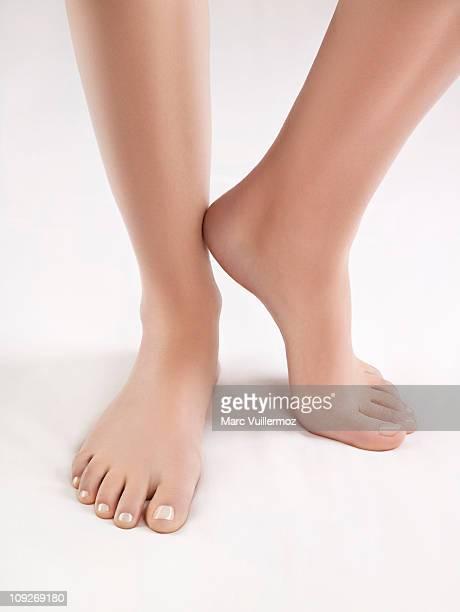 close-up of woman's feet - beaux pieds et femme photos et images de collection