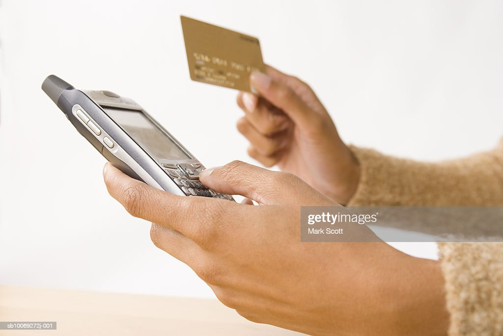 Close-up of womans hands holding mobile and credit card : Stockfoto