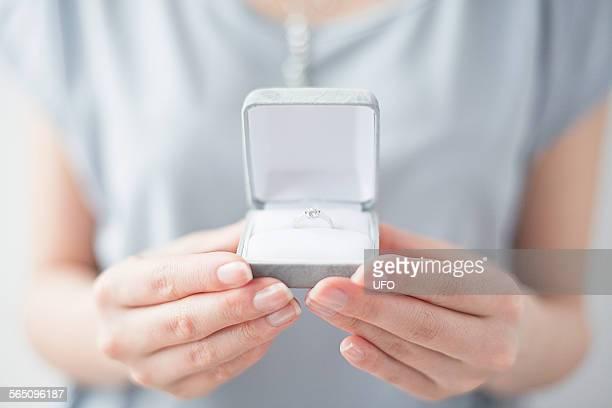 close-up of womans hands holding ring in box - caixa de joias - fotografias e filmes do acervo
