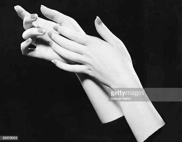 close-up of woman's hands - fragilidad fotografías e imágenes de stock
