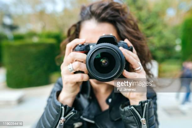 close-up of woman's hands using photo camera - fotograaf stockfoto's en -beelden