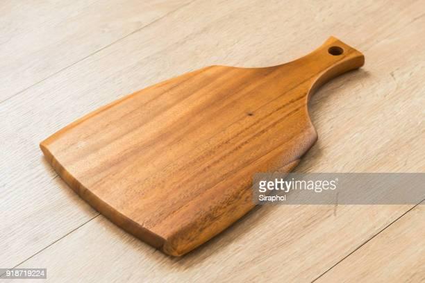 close-up of wooden cutting board on table - planche à découper photos et images de collection