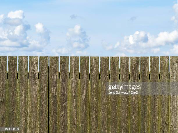 close-up of wooden fence against sky - hek stockfoto's en -beelden