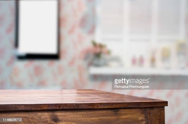 close-up of wooden table against wall at home - focagem no primeiro plano imagens e fotografias de stock