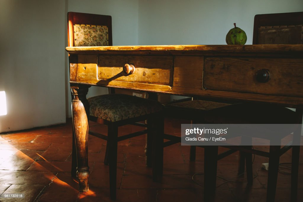 Close-Up Of Wooden Table And Chair At Home : Stock-Foto