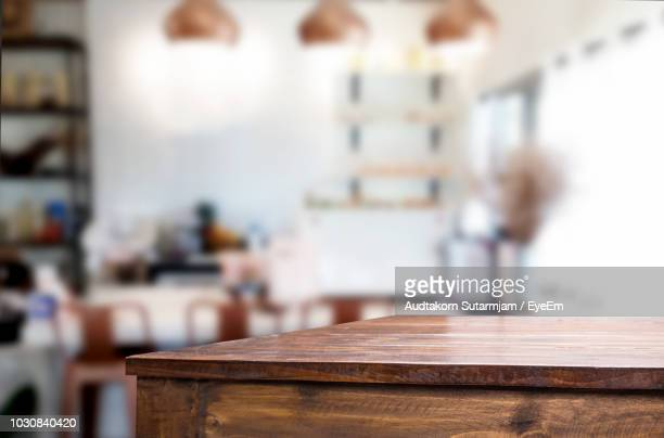 close-up of wooden table at home - onscherpe achtergrond stockfoto's en -beelden