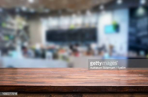 close-up of wooden table in cafe - absentie stockfoto's en -beelden