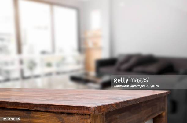 close-up of wooden table in living room - table - fotografias e filmes do acervo