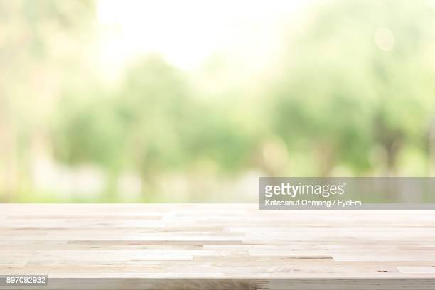 close-up of wooden table - onscherpe achtergrond stockfoto's en -beelden