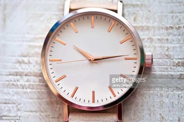 close-up of wristwatch - wijzerplaat stockfoto's en -beelden