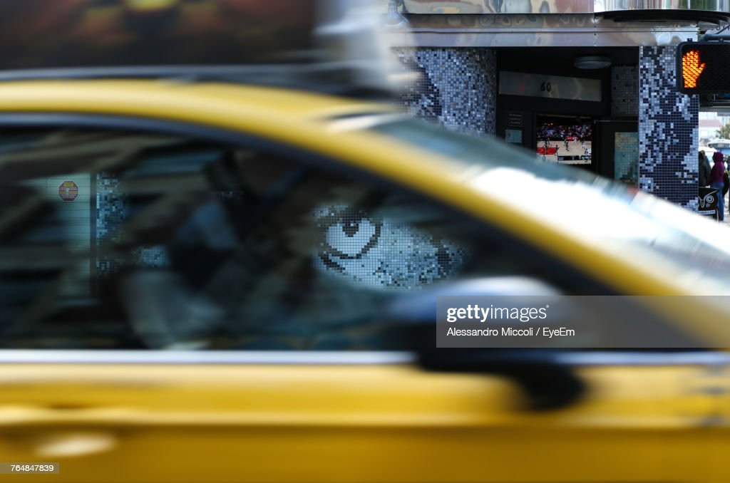 Close-Up Of Yellow Car Moving : Stockfoto