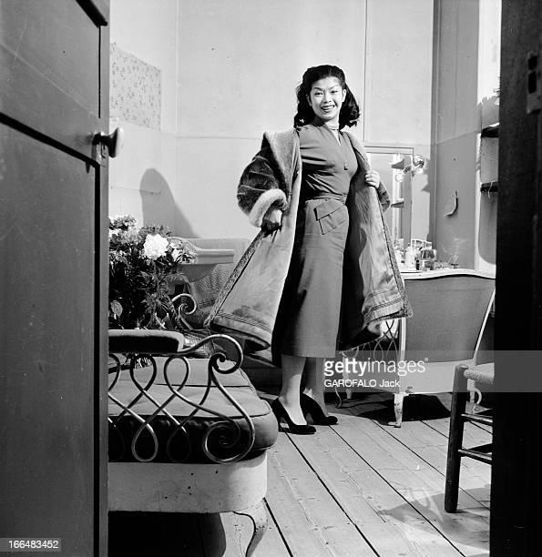 CloseUp Of Yoko Tani France 12 février 1955 l'actrice française d'origine japonaise Yoko TANI tourne dans 6 films en France comme à l'étranger tenant...