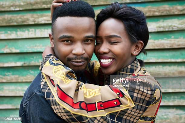 close-up van jonge paar omarmen tegen shack - alleen volwassenen stockfoto's en -beelden