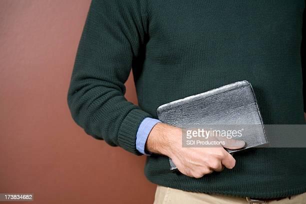 Plano aproximado de jovem segurando a Bíblia com espaço para texto