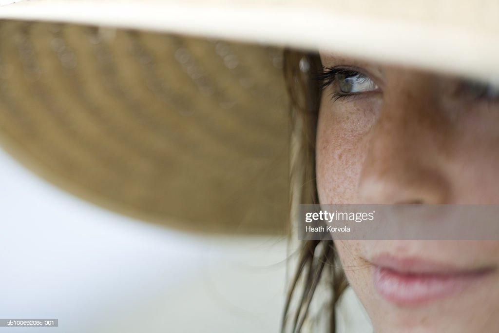 Close-up of young woman in straw hat, differential focus : Stockfoto