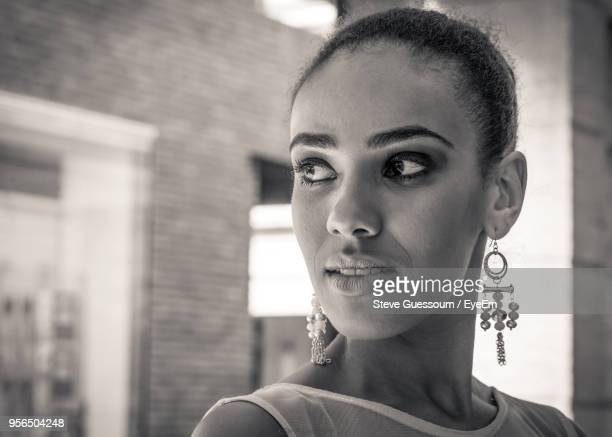 close-up of young woman looking away - steve guessoum stockfoto's en -beelden
