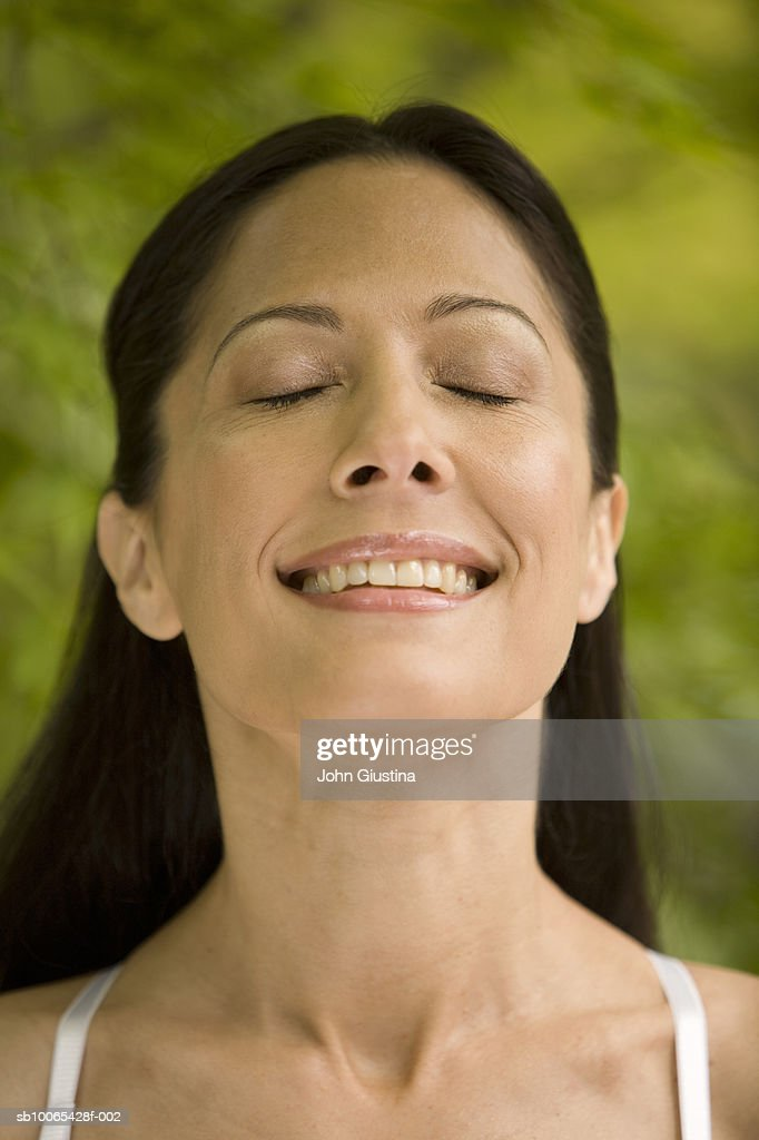 Close-up of young woman outdoors, eyes closed : Foto stock