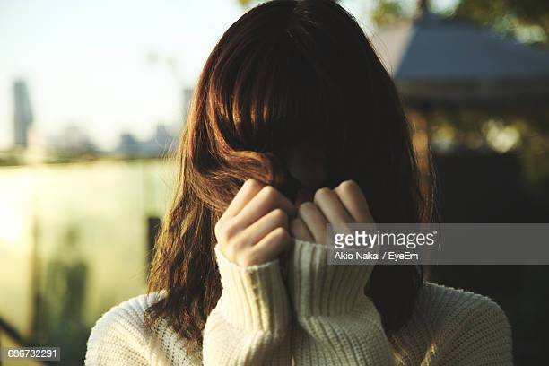 close-up of young woman - verlegen stockfoto's en -beelden