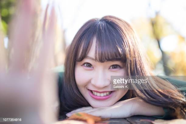 森で休む若い女性のクローズ アップ - 女子大生 ストックフォトと画像