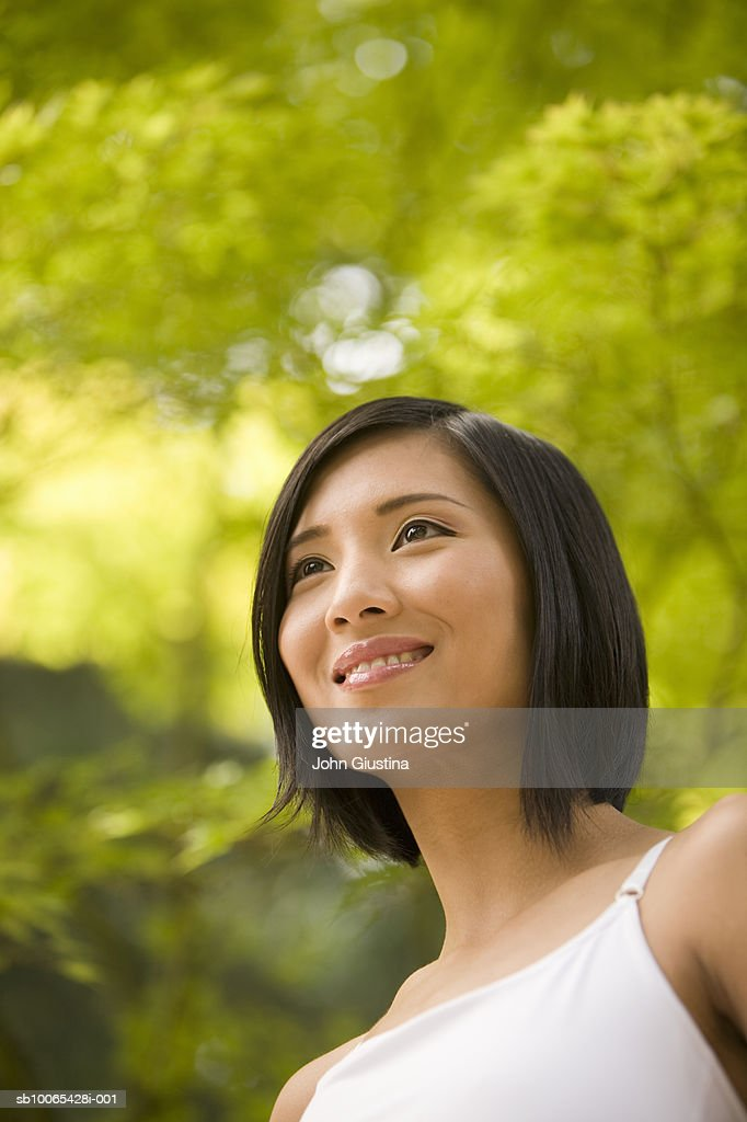 Close-up of young woman smiling outdoors : Foto stock